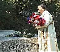 La hermana Jacques-Marie visitando la tumba de Matisse