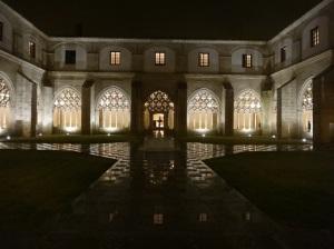 Fachada del claustro de noche