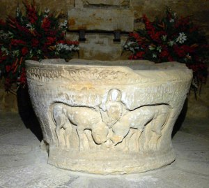 Pila bautismal primitiva. Aparece representado Daniel en el foso de los leones.