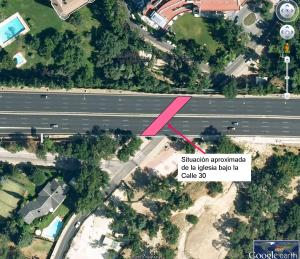 Situación de la capilla bajo la Calle 30. (fotomontaje sobre ortofoto de Google Earth)