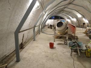 Estructura de acero de soporte del tejado interior de chapa, durante las obras.