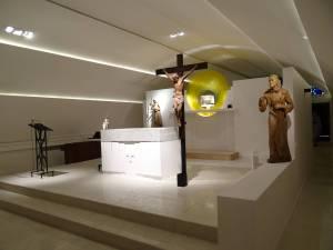 El altar y el tabernáculo, con un mismo simbolismo en el diseño.