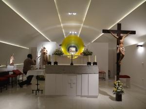 El presbiterio en funcionamiento.