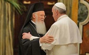 El Patriarca de Constantinopla Bartolomé I junto al Papa Francisco.
