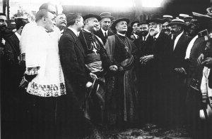 Gaudí enseña las obras de la Sagrada Familia al nuncio del Vaticano, Francesco Ragonesi (1915).