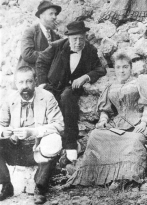 Antoni Gaudí (al fondo) con su padre (centro), su sobrina Rosa y el doctor Santaló en una visita a Montserrat (1904).