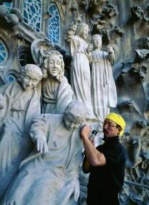 Sotoo esculpiendo en la Sagrada Familia,