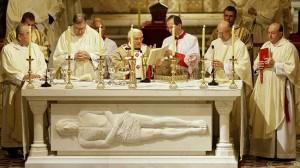 Benedicto XVI oficiando una Misa.