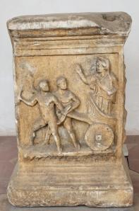 Altar romano, representa escena de Cleobis y Bitón tirando del carro de su madre Cídipe. (siglo I a.c.)