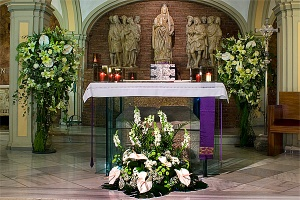 Un altar adornado con flores.