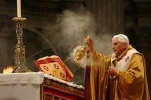 Misal sobre atril y Benedicto XVI incensando el altar.