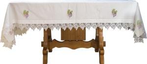Mantel blanco sobre un altar.