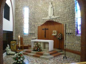 Presbiterio: ambón, sede y altar.