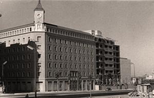 Vista del nuevo edificio, ya terminado, desde la calle de Cea Bermúdez.