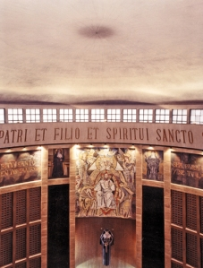letras de oro la latréutica glorificación suprema a la Santa Trinidad.