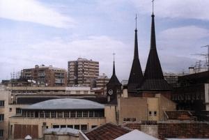 Las dos torres de la iglesia de Santa Rita y la tercera, más pequeña, en el edificio de la residencia