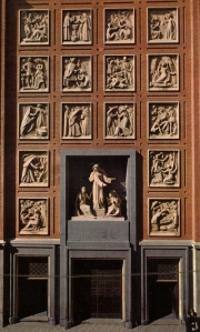 Retablo de piedra de Penella sobre la vida de Santa Rita en la fachada de la iglesia.