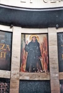 En la zona superior del cono truncado, Javier Clavo usó los espacios intercalados entre las frases de San Agustín sobre el sentido del templo cristiano para pintar un santoral agustino con fondos de colores oscuros.