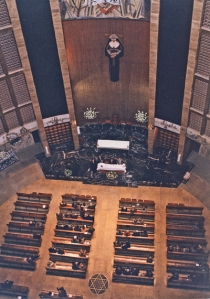 El lucernario de la cripta de San Nicolás, visto desde la iglesia (parte inferior de la foto) tiene la forma de la estrella, símbolo de San Nicolás de Tolentino.