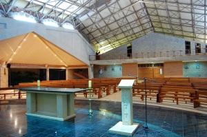 Vista interior desde el presbiterio.