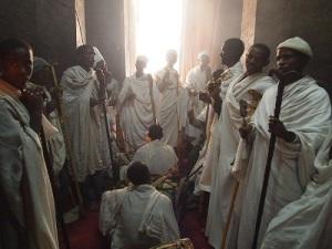 Ceremonia interior iglesia de Lalibela.