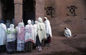 Fieles asistiendo a una ceremonia religiosa en Bet Maryam.
