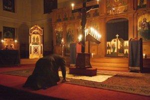 Monje se prepara orando para la realización de un icono.