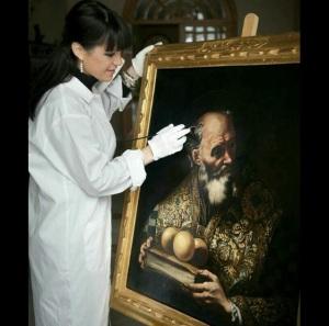 Ana Isabel Gamero restaurando un lienzo