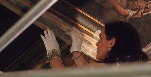 La restauradora consolida las pinturas de los techos del Salón de los Arzobispos.