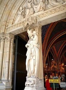 Imagen de la Virgen en la entrada a la capilla inferior.