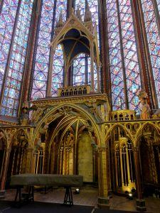 Tribuna que contiene las Sagradas Reliquias en la capilla superior.