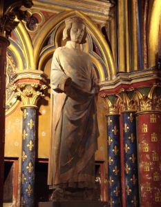 Estatua de San Luis, detrás vemos los dos tipos decorativos de columnas.