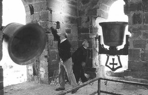 Campaneros tocando las campanas.