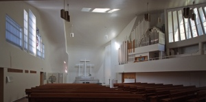 Púlpito, altar y órgano.