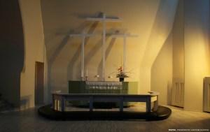 Altar con tres cruces.