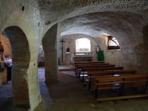 Vista interior con el altar al fondo.