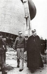 Karol Wojtila visitando las obras de la iglesia de Nowa Huta.