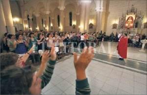 Sacerdote micrófono en mano durante la Santa Misa.