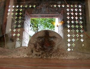 Cruz milagrosa tallada en piedra.