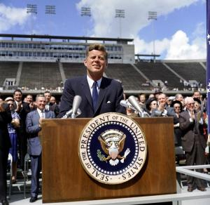 J.F. Kennedy detrás de un atril.