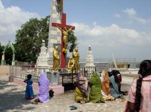 Rezando en el santuario del Monte Santo Tomás.