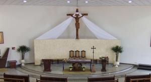 Ejemplo de tres sedes iguales en un presbiterio.
