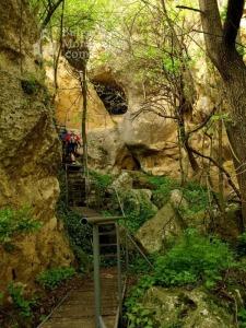 Acceso exterior al monasterio rupestre de San Miguel Arcángel.