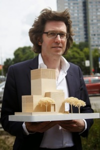 Wilfried Kuehn, con la maqueta de The house of one