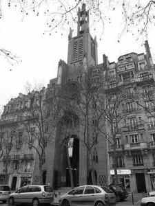 Fachada del templo del Espíritu Santo en Paris (1920) construida bajo la influencia de Los Talleres de Arte Sacro