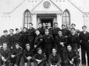 Los prisioneros italianos junto a la capilla