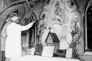 Chiocchetti restaurando el altar