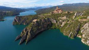 Antigua torre y ermita a pocos metros del nuevo Santuario de Torreciudad.